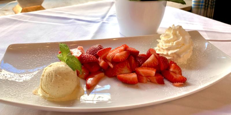 Zum_Franziskaner_Sommer_Speisen_Frische_Erdbeeren